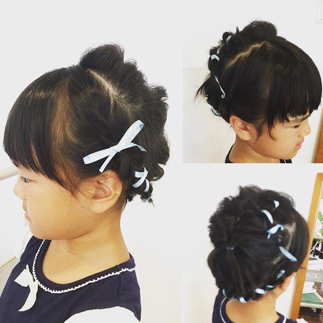 お子さんカットの後はリボンをつけたヘアアレンジしてます^ ^今日のアレンジもとっても可愛いです♡くるりんぱ3回と三つ編みだけで簡単に出来ますよ!ご来店ありがとうございました。#美容室 #美容院 #富士宮美容室#ヘアアレンジ#リボンアレンジ#くるりんぱ#子供カット#2160円