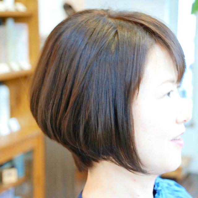 後ろをスッキリとさせて、ふんわりと、前髪の癖をとって、少し明るくしたいご要望でした。フロントを部分的に#縮毛矯正 をかけて、ネープをスッキリとさせてグラデーションいれました。カラーはオレンジを押さえたかったので、#マットブラウン の#白髪染め で。#フェリーチェヘア #FELICEHAIR #富士宮美容室 #富士宮美容院 #ショートカット #グラデーション
